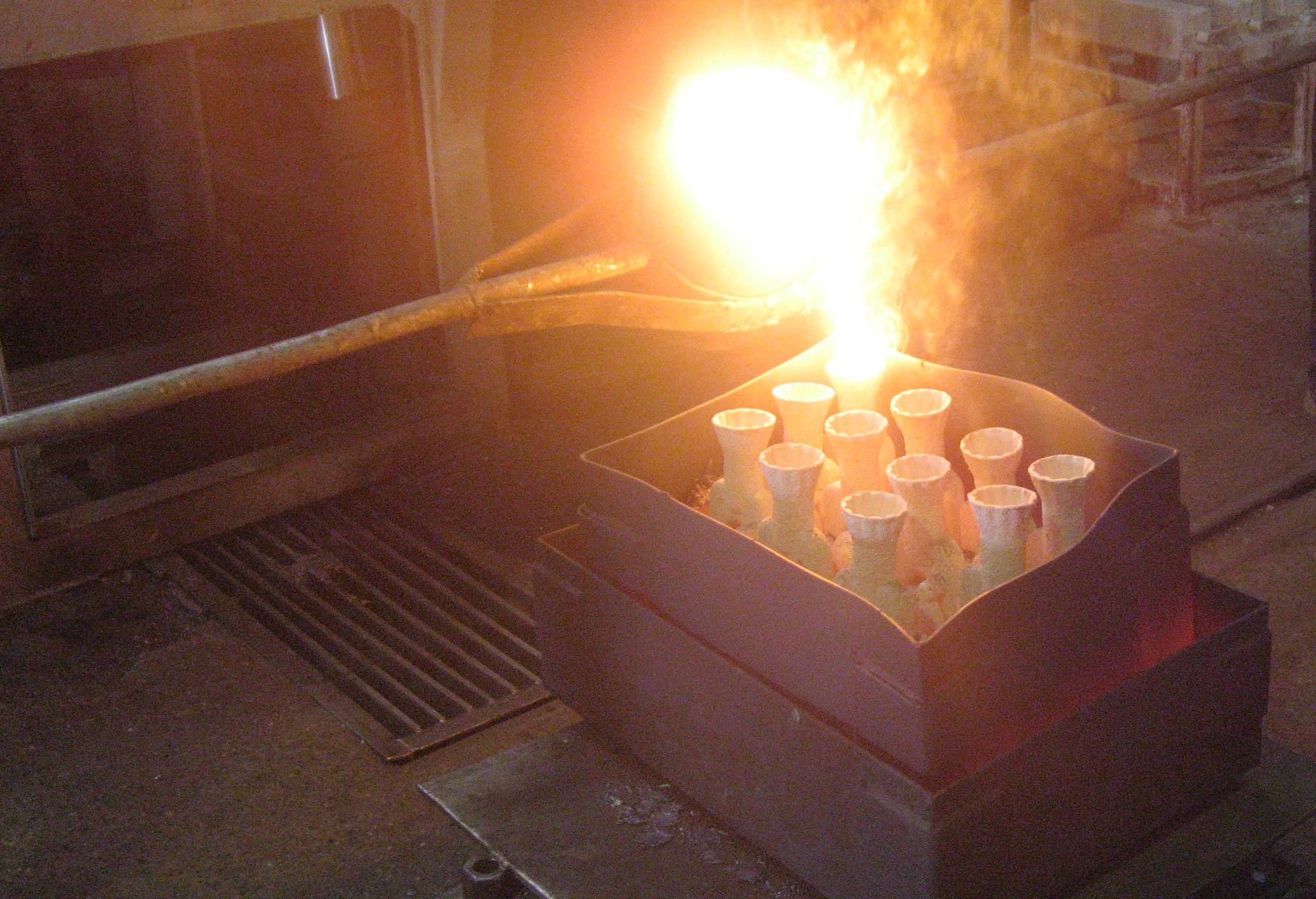 metal se ulije u žarenu školjku